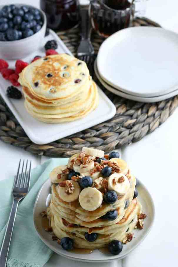 SIMPLE Blueberry Pancakes - perfect for a Sunday morning breakfast #pancakes #blueberries #breakfast #simplepartyfood