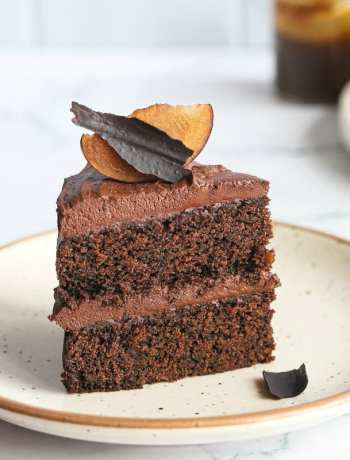 SIMPLE Everyday Chocolate cake - the easiest one bowl recipe there is for a deep rich chocolate birthday cake #chocolatecake #easycakerecipe #cake