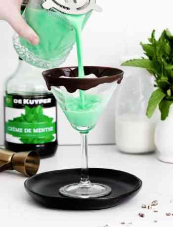 SIMPLE Grasshopper drink recipe is creamy, minty and full of booze #grasshopper #drinks #simplepartyfood