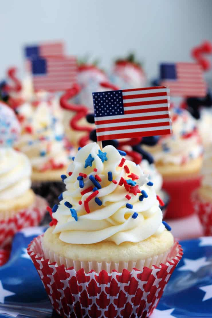 SIMPLE 4th of July Decorated Cupcakes