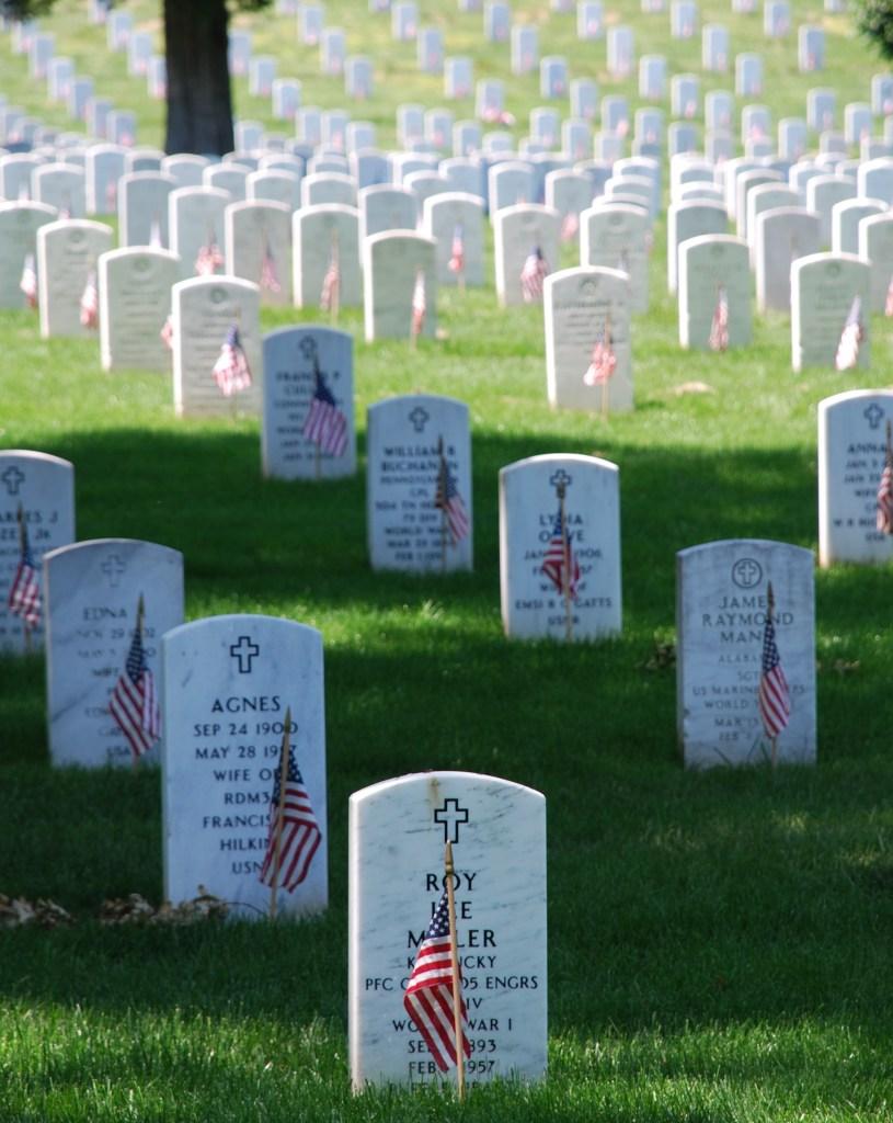 Graves_at_Arlington_on_Memorial_Day