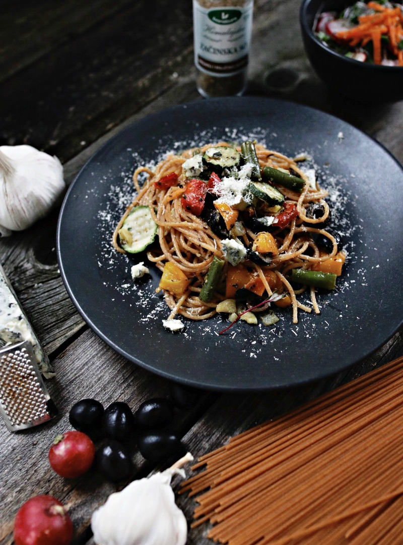 Integralni špageti sa povrćem i hrskavom salatom od rotkvice