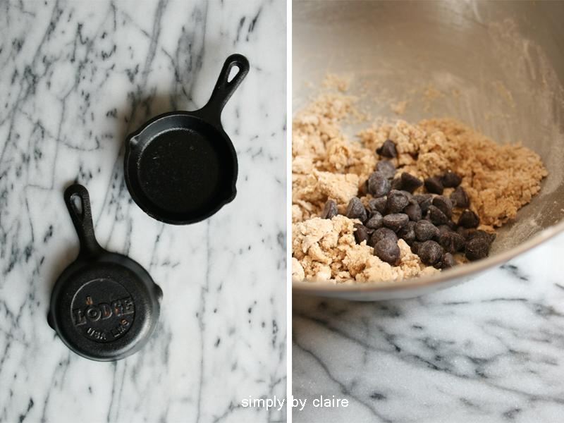 用迷你鑄鐵盤烤巧克力豆餅乾