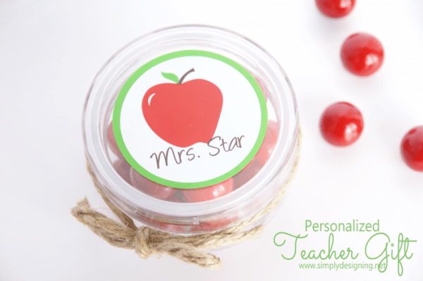 Personalized Teacher Gift | this is sooooo cute and simple to make!  Pinning for later! | #backtoschool #teachergift #teacherappreciation #vinyl #apples