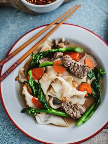 This easy Rad Na recipe, a Thai stir-fry recipe, is a delicious noodle dish that is ladled with tasty, thick, gravy-like broth.