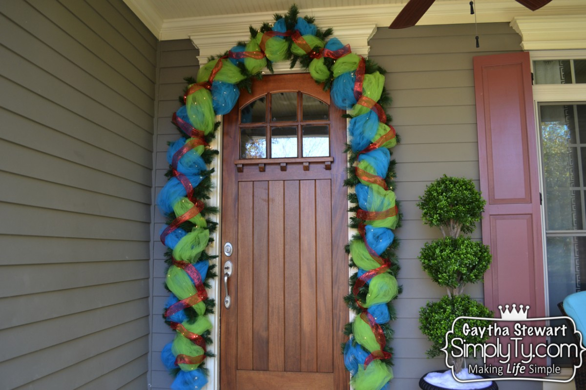 How to decorate your front door garland for christmas for Door garland christmas