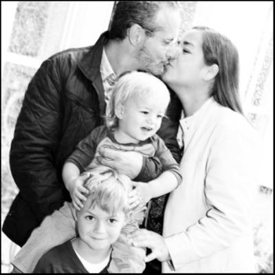 Mann und Frau küssen sich. Zwei Söhne.