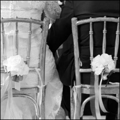 Brautpaar von hinten auf Sessel fotografiert.