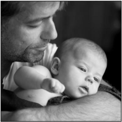 Mann mit Baby im Arm. Ausschnitt von den beiden Köpfen.