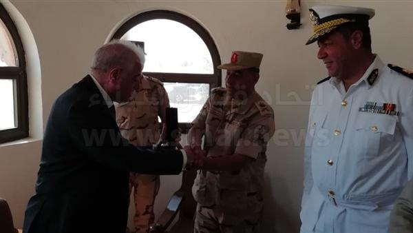 قائد قوات شرق القناة يهدي محافظ جنوب سيناء درع القوات المسلحة