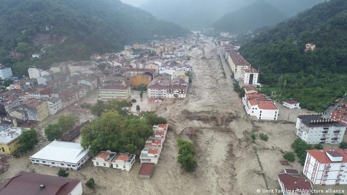 ارتفاع حصيلة ضحايا الفيضانات في شمال تركيا إلى 31