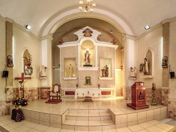 Altar principal de la Parroquia del Sagrado Corazón de Jesús en Eldorado, Sinaloa
