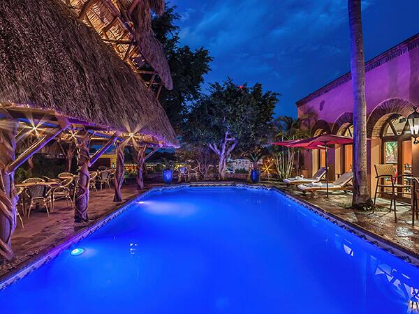 Alberca iluminada de el Hotel Posada del Hidalgo