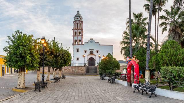 Amplia banqueta en la Plazuela de Cosalá con la Parroquia de Santa Ursula al fondo.