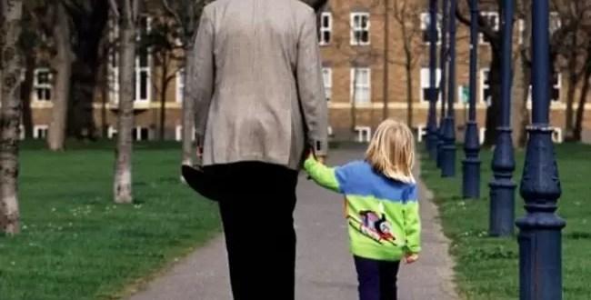 Abuelo va a buscar a su nieta al colegio y se lleva a otra