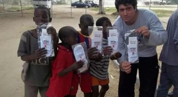 El souvenir de Cristina Kirchner en Angola: las medias de 'Clarin miente