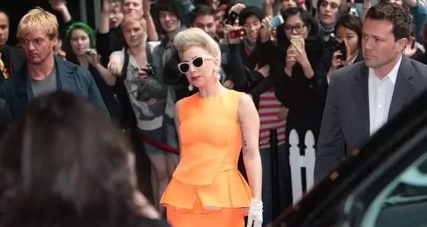 Video: Lady Gaga golpeada en la cabeza por un bailarín