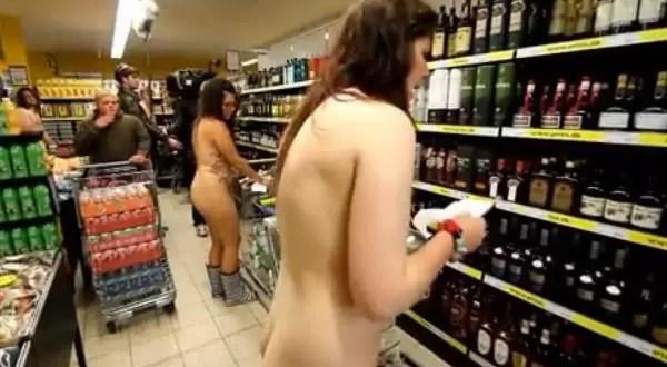 Video: Un mercado alemán permite realizar compras desnudos