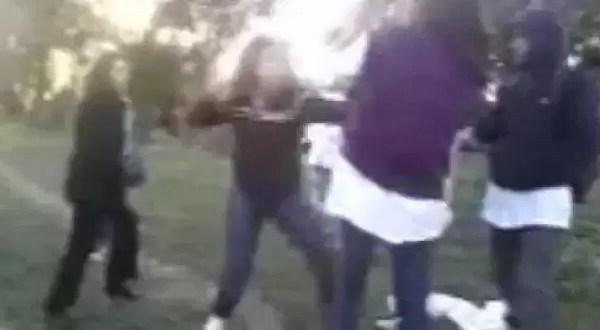 Video: Jovencitas a las trompadas fuera de la escuela