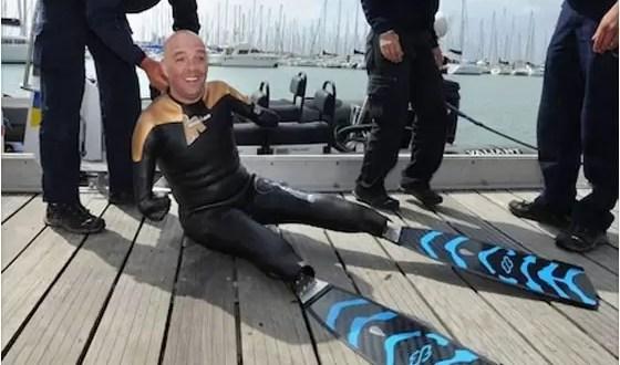 Sin manos ni piernas recorre el mundo nadando