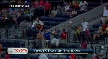 Video: Atrapa pelota de béisbol con bebé en brazos