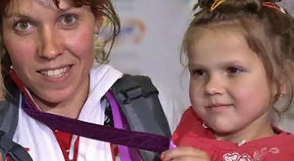 Atleta subasta su medalla olímpica para salvar la vida de una niña