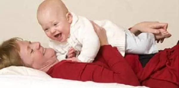 Debe hacerle cosquillas a su bebé para que no muera