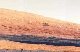 Los puntos blancos marcan la línea entre dos diferentes estratos geológicos.