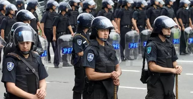 REQUISITOS POLÉMICOS E INSÓLITOS PARA SER POLICÍA