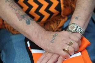 Lo despiden del trabajo y lo multan por tener tatuajes