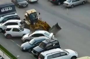 Video: Manejaba borracho una excavadora y aplastó dos autos