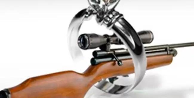 Insólito: Con la compra de una alianza te regalan un fusil