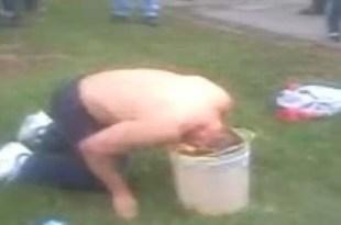 Fotos: Fanático del fútbol mete la cabeza en balde con pis