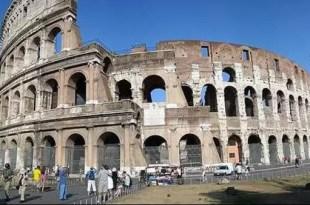 Turistas que visitan Roma tienen prohibido comer en el casco histórico