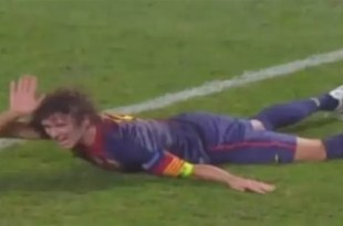 Video: El terrible golpe de Puyol en el brazo - Se le sale el codo