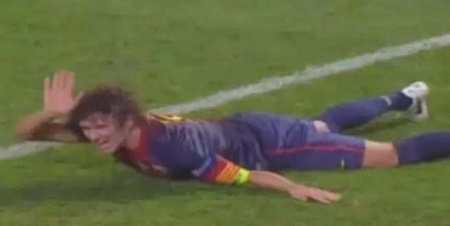 Video: El terrible golpe de Puyol en el brazo - Se le sale el codo