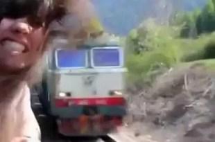 Video impresionante: Casi muere decapitada por un tren