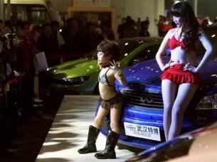 Escándalo en China: Niñas modelos para adultos en diminutos bikinis - Fotos