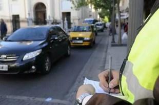 Mujeres golpean a inspector por una multa