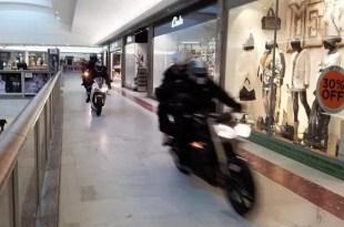Motociclistas irrumpen en shopping y desvalijan joyería