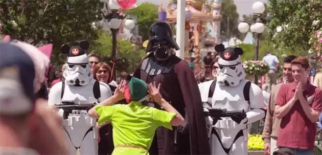 Video furor: Darth Vader se divierte en Disneylandia