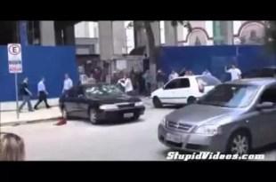 Video: Destroza el auto por despecho