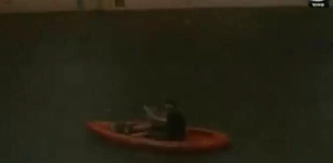 Video insólito: Un kayak vuelca en pleno Belgrano