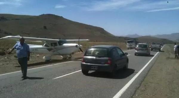 Avioneta hizo aterrizaje de emergencia en plena ruta