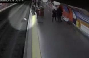 Video: Rescate de pasajera que cayó a las vías del tren