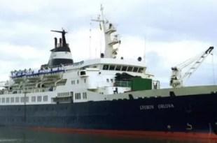 Un barco fantasma viaja a la deriva por el Atlántico