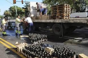 Saquean un camión con fernet que volcó en Recoleta