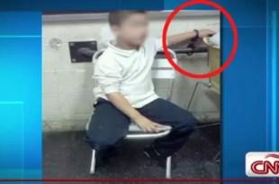 Detienen y esposan a un niño por robar a un compañerito