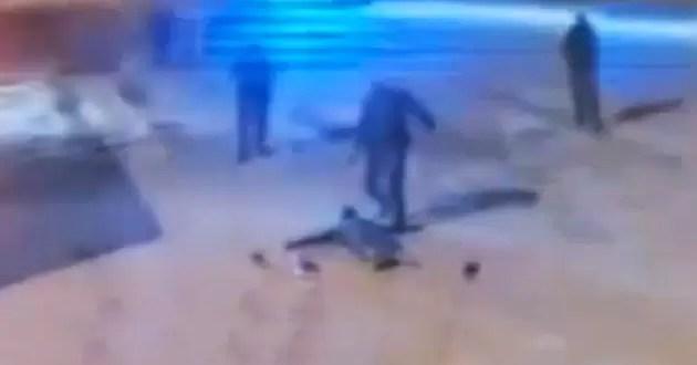 Video: Policías dan feroz golpiza a un joven