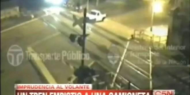 Video: Tren arrolla una camioneta que pasó con la barrera baja